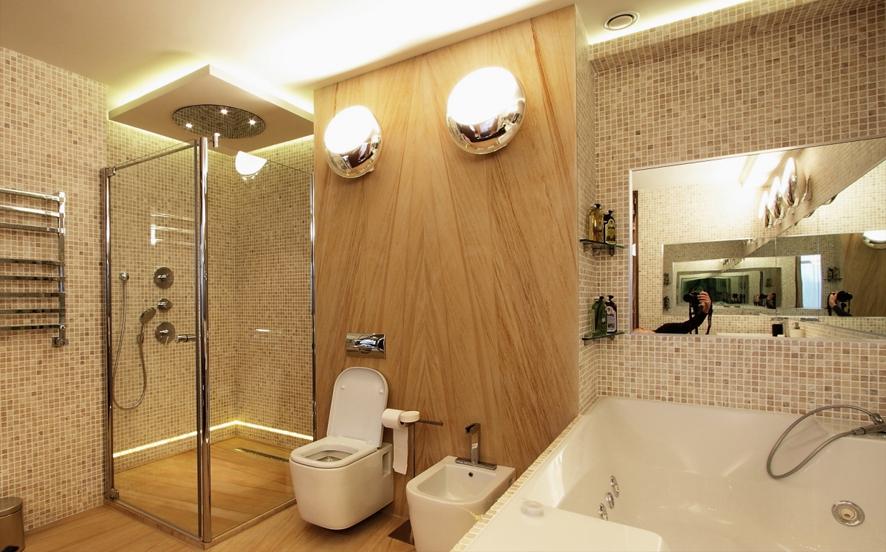 ванная комната коричневый потолок